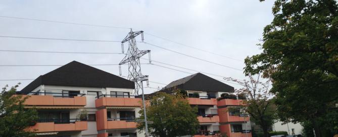 Stĺpy vedenia vysokého napätia v obývanej oblasti